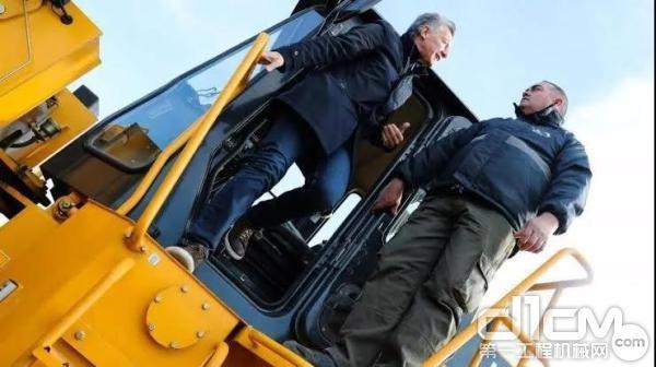 阿根廷总统马克里试驾柳工装载机