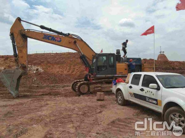 徐工挖机内蒙古联众服务工程师爬上挖机检查设备