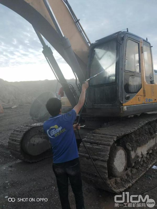 服务工程师清洗挖掘机外观