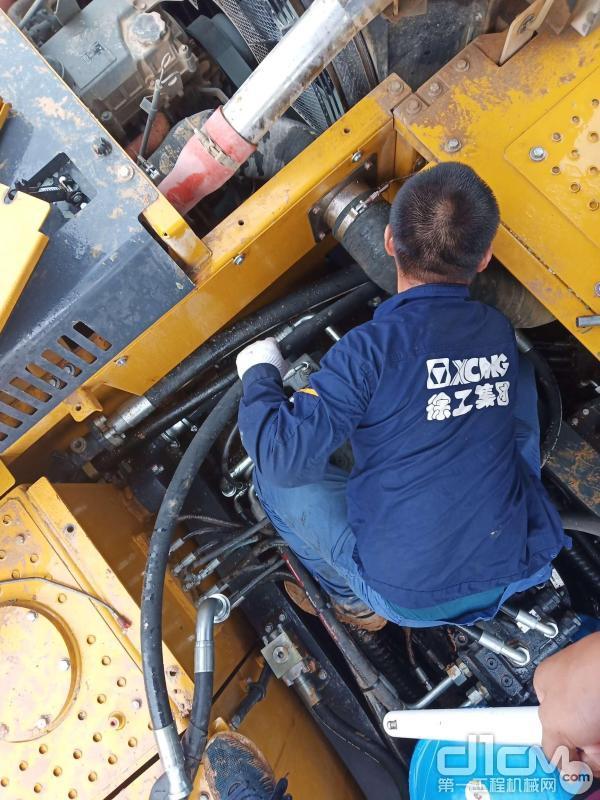 服务工程师排查检修设备故障