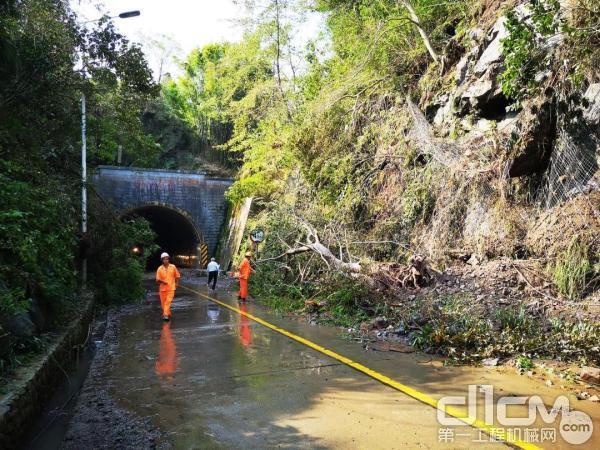 台风过后,公路隧道口被滑坡的泥土和杂树遮盖