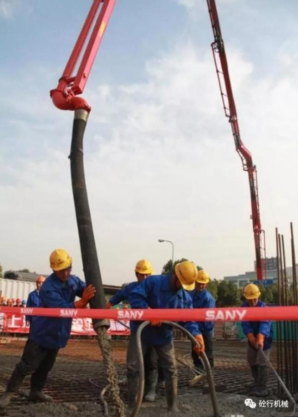 三一86米臂架混凝土泵车进行泵送施工作业