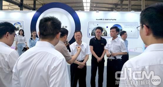 三一重工向文波总裁向胡忠雄市长介绍数字液压技术