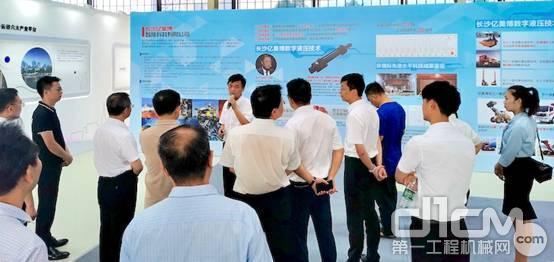 长沙亿美博智能科技有限公司总经理杨涛向长沙市长介绍数字液压
