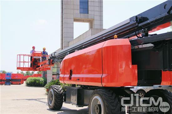 星邦重工刘国良董事长驾驶GTZZ46J曲臂式高空作业平台