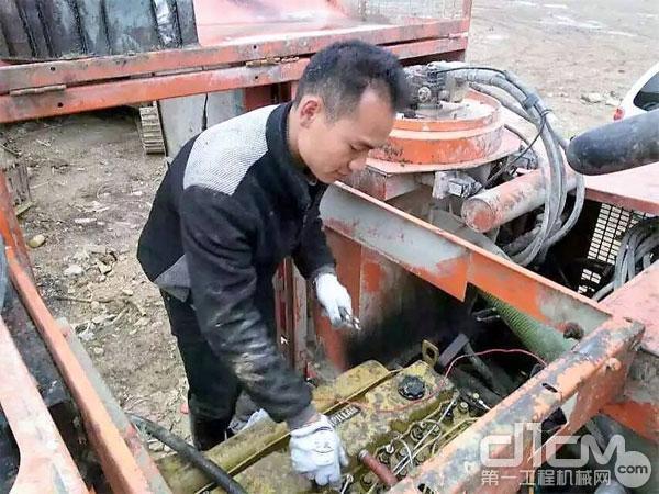 图:服务人员维修设备