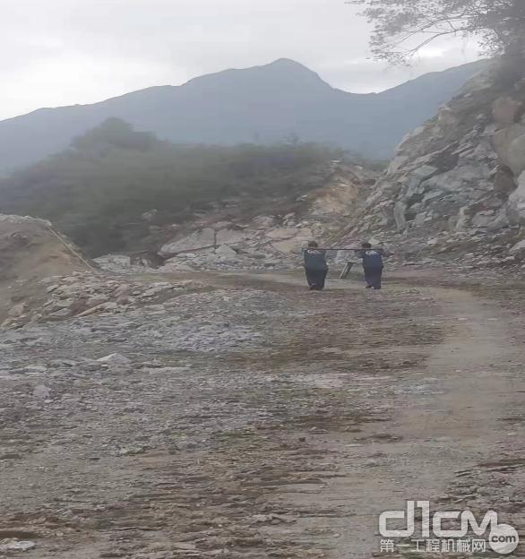 徐工挖机广西世恒服务工程师赶赴服务地方