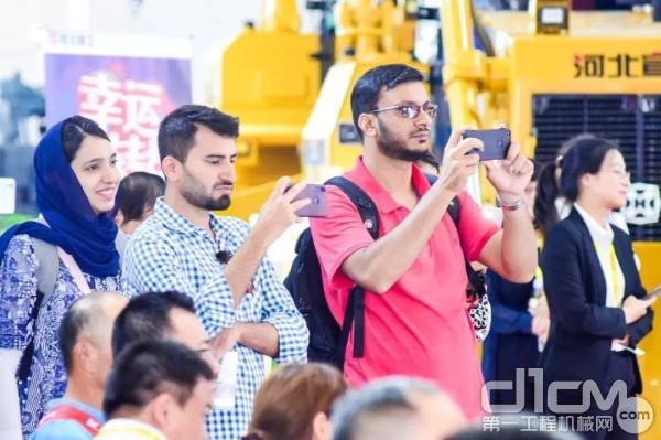 外国观众拿起手机参与互动游戏