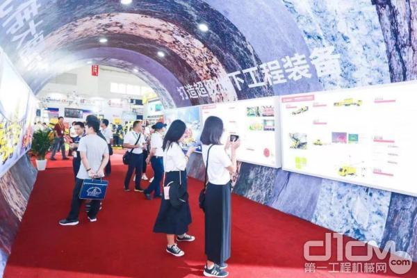 铁建重工庆祝新中国成立70周年展区吸引了众多观众