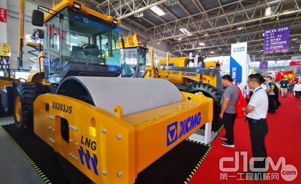 行业首台LNG技术产品—徐工XS263JS-LNG天然气压路机