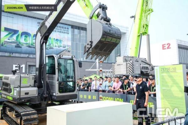 ZE75E-10挖掘机表演精准特技——叠高脚杯