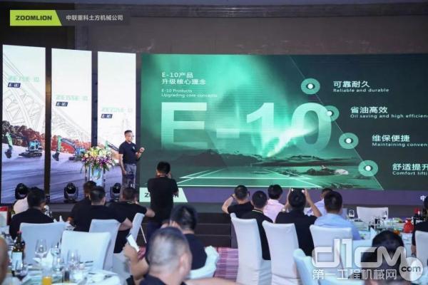中联重科土方机械公司营销公司总经理罗力华先生介绍产品升级理念