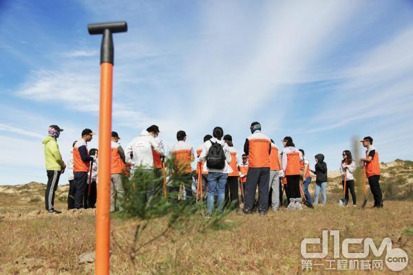 所有到场人员听取大龙先生的栽树方式讲解