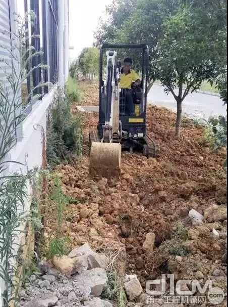 的山猫E20挖掘机