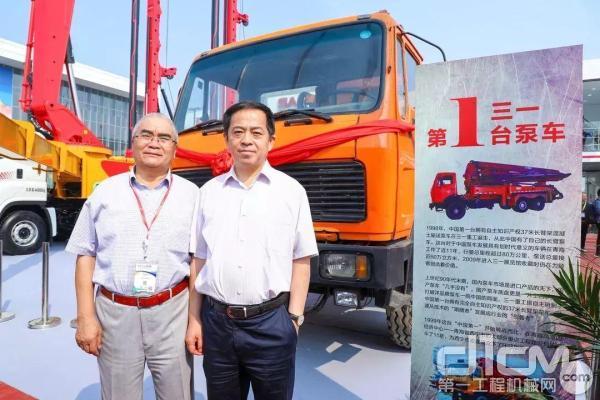 三一重工总裁向文波与20年前购买这台泵车的张云峰合影