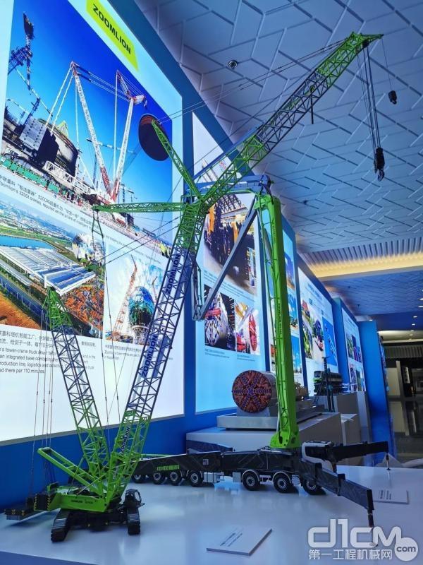 中联重科101-7RZ 碳纤维臂架泵车、650吨履带式起重机模型亮相推介会