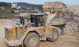 卡特彼勒990H装载机在装卡特775D车作业