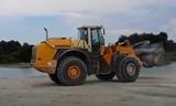 利勃海尔L580 2Plus2装载机在推铲碎石