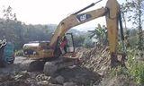 卡特挖掘机320D在单独工作
