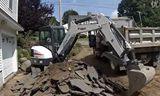 山猫E45挖掘机在装车