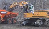 利勃海尔R 970 SME正铲挖掘机和斗山DA40自卸车联合作业