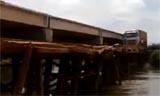 超重大卡车过独木桥的意外一幕