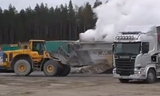 沃尔沃L150F装载机在装斯堪尼亚R520 6x4牵引车拉自卸车