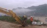 贵州暴雨 消防员坐挖掘机涉洪救人