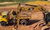 Cat 312d挖掘机在装载卡车视频