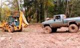 泥地赛上的拯救着,凯斯挖掘装载机
