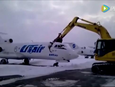 俄罗斯机场员工被开除 开挖掘机砸烂飞机