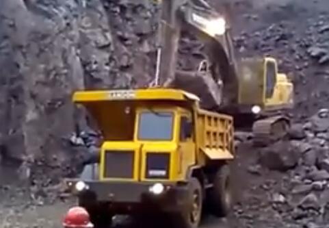 卡车司机气到挖机司机的后果是这样的!