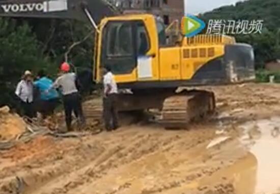 【直击现场】挖机手忍无可忍 下车暴揍施工员