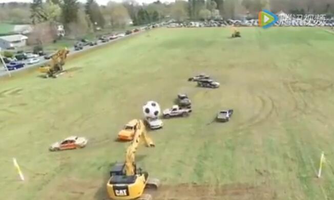 搞笑!挖掘机独战群车,踢得它们找不到北!