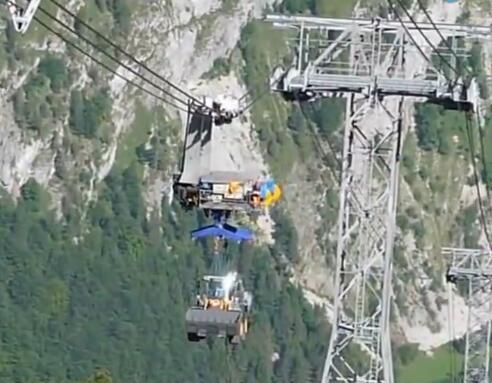 风中飘来一台装载机 缆车带装载机飞!