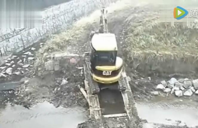 挖掘机过桥遇到的尴尬事