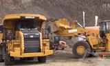 卡特988K轮式装载机与374F挖掘机、卡特772G矿用自卸车在展会上