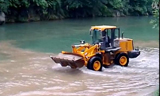 徐工之水中蛟龙,徐工装载机绝对牛的河中挖沙作业