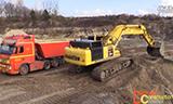 小松PC490-10新型挖掘机装载沃尔沃和斯堪尼亚V8卡车