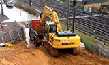 小松PC200挖掘机在装载卡车