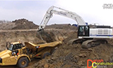 卡特彼勒挖掘机装载自卸车
