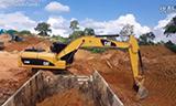 卡特彼勒320D挖掘机在装载自卸车