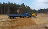沃尔沃EC250E挖掘机在装载德国曼和奔驰卡车