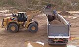 卡特新型980M轮式装载机装载沃尔沃FH12卡车