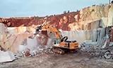 挖掘机大战80吨大石头 瞬间挖起50吨岩石!