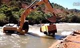 突发洪水卡车被困 卡特挖掘机横渡河流救援!