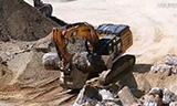 卡特349E挖掘机搬运沉重的混凝土柱子