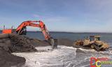 卡特彼勒D6T推土机与日立Zaxis 350挖掘机在填海工地工作