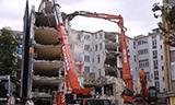 卡特345长臂挖掘机与利渤海尔起重机拆楼