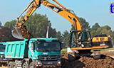卡特彼勒323D L挖掘机装载梅赛德斯奔驰卡车